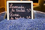 Frankreich, Provence-Alpes-Côte d'Azur, Nizza: Einkaufen in Nizzas Altstadtgassen - Lavendelblueten | France, Provence-Alpes-Côte d'Azur, Nice: shopping in Old Town quarter - Lavender