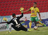 IBAGUE - COLOMBIA -30 -09-2016: Omar Duarte (Der.) jugador de Atletico Huila disputa el balón con Nelson Ramos (Izq.) portero de Fortaleza C.E.I.F, durante partido entre Atletico Huila y Fortaleza C.E.I.F, por la fecha 15 de la Liga Aguila II 2016 en el estadio Manuel Murillo Toro de Ibague. / Omar Duarte (R), player of Atletico Huila vies for the ball with Nelson Ramos (L) goalkeeper of Fortaleza C.E.I.F, during a match between Atletico Huila and Fortaleza C.E.I.F, for the date 15 of the Liga Aguila II 2016 at the Manuel Murilo Toro Stadium in Ibague city. Photo: VizzorImage  / Juan C Escobar / Cont.