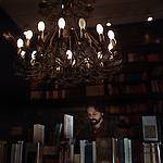"""Buenos Aires, Argentina. Marcelo lavora alla """"Eterna Cadencia"""", elegante libreria, caffè e luogo d'incontro letterario di Palermo Soho, Buenos Aires. Vive nello stesso quartiere, pagando l'affitto assieme ad altri quattro amici. """"Per fortuna di fronte a casa c'è questo telo, semplice ed economico, dove vado con la mia ragazza nel fine settimana"""". Marcelo ha 28 anni e si sta per laureare in letteratura."""