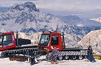 - Cortina d'Ampezzo, snowcats for grooming ski trails....- Cortina d'Ampezzo, mezzi meccanici per battere le piste da sci