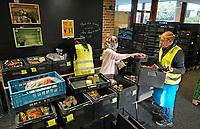 Nederland - Amsterdam - Oktober 2020.    Voedselbank. Uitgiftepunt Noord Banne Buikslootlaan. De voedselbank verzorgt pakketen voor mensen met een minimuminkomen. Op de foto drie medewerkers aan het werk.  Foto mag niet in negatieve / schadelijke context gepubliceerd worden.   Foto : ANP/ HH / Berlinda van Dam