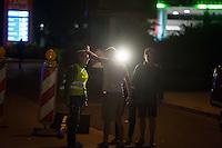 """Nach den pogromartigen Ausschreitungen gegen eine Fluechtlinsunterkunft im saechschen Heidenau am Freitag den 21. August 2015 durch Anwohnerinnen der Ortschaft, kamen am Samstag de 22. August 2015 ca. 250 Menschen in die Ortschaft um ihre Solidaritaet mit den Gefluechteten zu zeigen.<br /> Am Vorabend hatten Rassisten, Nazis und Hooligans sich zum Teil Strassenschlachten mit der Polizei geliefert um zu verhindern, dass Fluechtlinge in einen umgebauten Baumarkt einziehen. Ueber 30 Polizisten wurden dabei verletzt.<br /> Bis in die Abendstunden des 22. August blieb es trotz spuerbarer Anspannung um die Unterkunft ruhig. Im Laufe des Tages wurden immer wieder Gefluechtete mit Reisebussen gebracht was von den wartenenden Heidenauern mit Buh-Rufen begleitet wurde. Vereinzelt wurde auch """"Sieg Heil"""" gerufen, was die Polizei jedoch nicht verfolgte.<br /> Kurz vor 23 Uhr griffen Nazis und Hooligans wie am Vorabend die Polizei mit Steinen, Flaschen, Feuerwerkskoerpern und Baustellenmaterial an. Die Polizei mussten mehrfach den Rueckzug antreten, scheuchte den Mob dann von der Fluechtlingsunterkunft weg. Dabei wurden auch wieder Traenengasgranaten verschossen. Mindestens ein Nazi wurde festgenommen.<br /> Ein an den Ausschreitungen Beteiligter bedraengt einen Journalisten.<br /> 22.8.2015, Heidenau/Sachsen<br /> Copyright: Christian-Ditsch.de<br /> [Inhaltsveraendernde Manipulation des Fotos nur nach ausdruecklicher Genehmigung des Fotografen. Vereinbarungen ueber Abtretung von Persoenlichkeitsrechten/Model Release der abgebildeten Person/Personen liegen nicht vor. NO MODEL RELEASE! Nur fuer Redaktionelle Zwecke. Don't publish without copyright Christian-Ditsch.de, Veroeffentlichung nur mit Fotografennennung, sowie gegen Honorar, MwSt. und Beleg. Konto: I N G - D i B a, IBAN DE58500105175400192269, BIC INGDDEFFXXX, Kontakt: post@christian-ditsch.de<br /> Bei der Bearbeitung der Dateiinformationen darf die Urheberkennzeichnung in den EXIF- und  IPTC-Daten nicht entfernt werden,"""