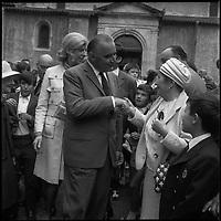 7 Juillet 1969. Vue de Madame et Monsieur Pompidou dans un bain de foule en sortant de la messe.