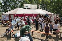 """Klimacamp """"Ende Gelaende"""" bei Proschim in der brandenburgischen Lausitz.<br /> Mehrere tausend Klimaaktivisten  aus Europa wollen zwischen dem 13. Mai und dem 16. Mai 2016 mit Aktionen den Braunkohletagebau blockieren um gegen die Nutzung fossiler Energie zu protestieren.<br /> 13.5.2016, Proschim/Brandenburg<br /> Copyright: Christian-Ditsch.de<br /> [Inhaltsveraendernde Manipulation des Fotos nur nach ausdruecklicher Genehmigung des Fotografen. Vereinbarungen ueber Abtretung von Persoenlichkeitsrechten/Model Release der abgebildeten Person/Personen liegen nicht vor. NO MODEL RELEASE! Nur fuer Redaktionelle Zwecke. Don't publish without copyright Christian-Ditsch.de, Veroeffentlichung nur mit Fotografennennung, sowie gegen Honorar, MwSt. und Beleg. Konto: I N G - D i B a, IBAN DE58500105175400192269, BIC INGDDEFFXXX, Kontakt: post@christian-ditsch.de<br /> Bei der Bearbeitung der Dateiinformationen darf die Urheberkennzeichnung in den EXIF- und  IPTC-Daten nicht entfernt werden, diese sind in digitalen Medien nach §95c UrhG rechtlich geschuetzt. Der Urhebervermerk wird gemaess §13 UrhG verlangt.]"""
