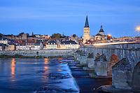 France, Nièvre (58), La Charité-sur-Loire le soir en automne, la Loire. le Vieux Pont. Classé au patrimoine mondial de l'UNESCO  // France, Nièvre , La Charité-sur-Loire, listed as World Heritage by UNESCO, the Loire river and the Old Bridge at the evening