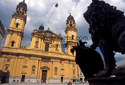 Deutschland, Bayern, Oberbayern, Muenchen: Theatiner Kirche und bayerischer Loewe am Odeonsplatz   Germany, Bavaria, Upper Bavaria, Munich: Theatiner Church and Bavarian Lion