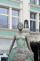 Bronzefigur am Platz Bohatero Getta in Wroclaw (Breslau), Woiwodschaft Niederschlesien (Województwo dolnośląskie), Polen, Europa<br /> Bronze statue at Plac Bohatero Getta  in Wroclaw,  Poland, Europe