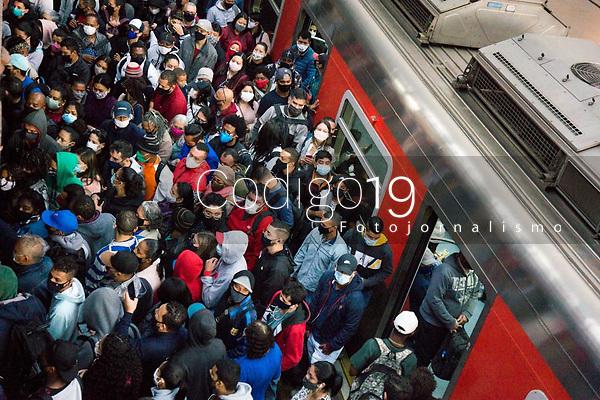 SÃO PAULO, SP, 27.05.2021:  Movimentação CPTM SP - Devido a problemas trens da linha 7 Rubi da CPTM  circularam com velocidade reduzida entre a estação Jundiaí no interior de São Paulo até a estação da Luz região central da cidade de São Paulo na manhã desta quinta - feira (27). No destaque a aglomeração de passageiros nas plataformas da estação da Luz