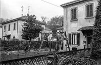 Crespi d'Adda (Bergamo), villaggio operaio di fine '800 nel settore tessile cotoniero. Una altalena nel giardino di un'abitazione tipo monofamiliare --- Crespi d'Adda (Bergamo), workers model village of the late 19th century in the cotton textile production field. A seesaw in the garden of a worker's house