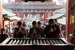 Japan, Tokyo: Worshippers at Senso-ji (ancient Buddhist temple), in Asakusa district | Japan, Tokyo: Betende im Senso-Ji Tempel in Asakusa