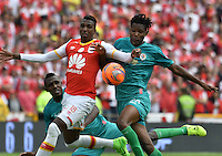BOGOTA - COLOMBIA - 26-02-2017: Johan Arango (Izq.) jugador de Independiente Santa Fe disputa el balón con Duvan Sevillano (Der.) jugador de Cortulua, durante partido por la fecha 6 entre Independiente Santa Fe y Cortulua, de la Liga Aguila I-2017, en el estadio Nemesio Camacho El Campin de la ciudad de Bogota. / Johan Arango (L) player of Independiente Santa Fe struggles for the ball with Duvan Sevillano (R) player of Cortulua, during a match of the date 6 between Independiente Santa Fe and Cortulua, for the Liga Aguila I -2017 at the Nemesio Camacho El Campin Stadium in Bogota city, Photo: VizzorImage / Luis Ramirez / Staff.