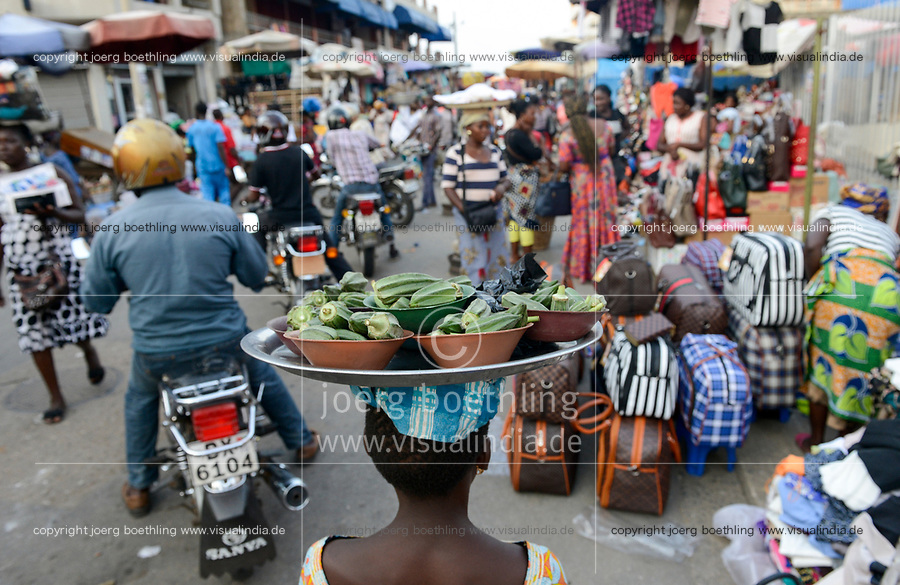 TOGO, Lome, Grande Marche, Grand market, woman carry vegetables on the head / Grosser Markt, Marktfrauen