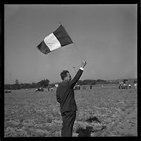 18 septembre 1961. Vue d'un juge donnant le départ du concours de labour avec le drapeau francais
