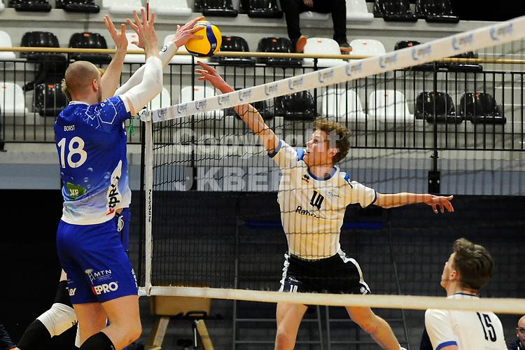 24-03-2021: Volleybal: Amysoft Lycurgus v Sliedrecht Sport: Groningen , Lycurgus speler Dennis Borst in duel met Sliedrecht speler Tom Koops