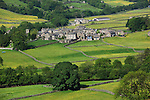 Great Britain, England, North Yorkshire, Yorkshire Dales National Park, Muker: View over the Swaledale valley and village of Muker | Grossbritannien, England, North Yorkshire, Yorkshire Dales National Park, Muker: Blick ins Swaledale valley und aufs Dorf Muker