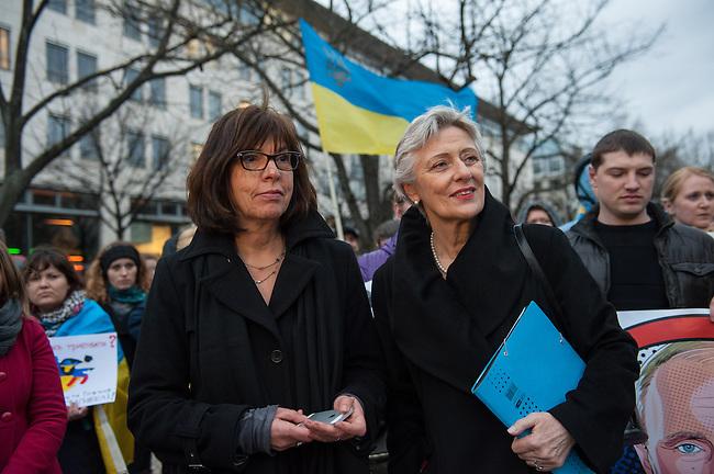 Solidaritaets-Kundgebung fuer die Ukraine vor der Russischen Botschaft in Berlin.<br />Etwa 100 Menschen versammelten sich am Montag den 17. Maerz 2014 vor der Russischen Botschaft in Berlin um gegen die Politik der Russischen Praesidenten Putin und die Entscheidung des Referendums auf der Krim fuer eine Angliederung an Russland zu demonstrieren.<br />Unter den Kundgebungsteilnehmern waren auch die Europaabgeordnete  von B90/Die Gruenen Rebecca Harms (links im Bild) und die Bundestagsabgeordnete von B90/Die Gruenen Marie-Luise Beck (rechts im Bild). <br />17.3.2014, Berlin<br />Copyright: Christian-Ditsch.de<br />[Inhaltsveraendernde Manipulation des Fotos nur nach ausdruecklicher Genehmigung des Fotografen. Vereinbarungen ueber Abtretung von Persoenlichkeitsrechten/Model Release der abgebildeten Person/Personen liegen nicht vor. NO MODEL RELEASE! Don't publish without copyright Christian-Ditsch.de, Veroeffentlichung nur mit Fotografennennung, sowie gegen Honorar, MwSt. und Beleg. Konto:, I N G - D i B a, IBAN DE58500105175400192269, BIC INGDDEFFXXX, Kontakt: post@christian-ditsch.de]