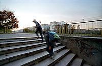Milano, quartiere Crescenzago, periferia nord - est. Scolari di ritorno a casa da scuola --- Milan, Crescenzago district, north - east periphery. Schoolboys going home from school
