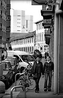 Milano,  quartiere Sarpi - Chinatown. Due ragazze in Via Messina --- Milan, Sarpi district - Chinatown. Two girls in Messina street