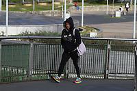 SAO PAULO, SP, 28-04-2014, FRIO. Os pedestres se protegem do frio na passagem sobre a Passarela das Noivas na regiao da Estação da Luz em São Paulo, nessa segunda-feira (28).   Luiz Guarnieri/ Brazil Photo Press.