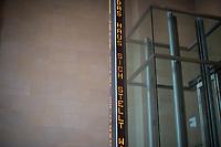 """Die """"Installation fuer das Reichstagsgebaeude"""" der amerikanische Kuenstlerin Jenny Holzer im Nordeingang des Reichstag.<br /> Auf einer Stele laufen digitale Leuchtschriftbaender mit Reden von Reichstags- und Bundestagsabgeordneten aus einem Zeitraum von 1871, dem Jahre der Reichsgruendung, bis zum April 1999.<br /> 17.7.2020, Berlin<br /> Copyright: Christian-Ditsch.de<br /> NUR FUER REDAKTIONELLE ZWECKE! Werbung nur auf Anfrage beim Fotografen. [Inhaltsveraendernde Manipulation des Fotos nur nach ausdruecklicher Genehmigung des Fotografen. Vereinbarungen ueber Abtretung von Persoenlichkeitsrechten/Model Release der abgebildeten Person/Personen liegen nicht vor. NO MODEL RELEASE! Don't publish without copyright Christian-Ditsch.de, Veroeffentlichung nur mit Fotografennennung, sowie gegen Honorar, MwSt. und Beleg. Konto: I N G - D i B a, IBAN DE58500105175400192269, BIC INGDDEFFXXX, Kontakt: post@christian-ditsch.de<br /> Bei der Bearbeitung der Dateiinformationen darf die Urheberkennzeichnung in den EXIF- und  IPTC-Daten nicht entfernt werden, diese sind in digitalen Medien nach §95c UrhG rechtlich geschuetzt. Der Urhebervermerk wird gemaess §13 UrhG verlangt.]"""