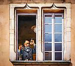 Frankreich, Bourgogne-Franche-Comté, Département Jura, Dole: Altstadtgasse Rue de la sous-préfecture mit Wandmalereien mit Abbildungen von Louis Pasteur, gemalt 2017 von den 'Haut Les Murs' Wandmalern | France, Bourgogne-Franche-Comté, Département Jura, Dole: old town lane Rue de la sous-préfecture with wall paintings of 2017 by the 'Haut Les Murs' fresco painters showing Louis Pasteur
