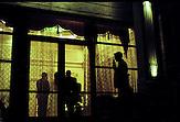 """Geschlossene Gesellschaft: Die neureichen Eliten des Landes schotten sich vom Rest der Bevölkerung ab. Private Wachdienste sorgen dafür, dass sich keine ungebetenen Gäste in die besseren Stadtviertel """"verirren"""". Kasachstan ist rohstoffreich und prosperiert. Kritik an den Schattenseiten des Aufstiegs duldet das System von Präsident Nursultan Nasarbajew nur geringfügig. Bilder von Hinterhöfen und grauen Vorstädten sollen nicht an die Öffentlichkeit gelangen. / Kazakhstan is a resource-rich and prosperous country.  President Nursultan Nasarbajew's system hardly allows any criticism. Pictures of backyards and suburbs are not supposed to go public."""