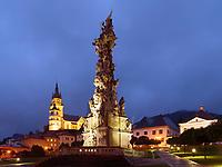 barocke Dreifaltigkeitssäule- sv.Trojica-Pestsäule und gotische Katharinenkirche, Kremnica, Banskobystricky kraj, Slowakei, Europa<br /> Church St. Catherine and Stephan's square with baroque plag culumn Holy Trinity Kremnica, Banskobystricky kraj, Slovakia, Europe