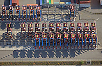 Portalhubwagen am Tollerort im Hamburger Hafen: EUROPA, DEUTSCHLAND, HAMBURG, (EUROPE, GERMANY), 13.10.2018 Portalhubwagen am Tollerort im Hamburger Hafen. Der Portalhubwagen (oder Portalhubstapelwagen oder Portalstapelwagen; engl. van carrier, straddle carrier, gantry lift ist ein spezielles Umschlaggeraet fuer ISO-Container. Es wird als Transportfahrzeug auf Containerterminals in Haefen eingesetzt.<br />  <br /> Der Portalhubwagen besteht aus einem Rahmengestell und einer dazwischen haengenden Hubvorrichtung Topspreader, das mit Hubwinden vertikal bewegt werden kann. Das Rahmengestell ist mit einem Fahrwerk mit meist acht Raedern ausgestattet. Die Fahrerkabine ist oben an einer Stirnseite des Rahmens angeflanscht.<br />  <br /> Der Portalhubwagen faehrt ueber einen Container, der auf dem Boden oder auf einem Lkw steht, der Spreader verriegelt sich hydraulisch gesteuert mit den vier Eckbeschlaegen des Containers und hebt diesen an.