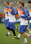 Arjen Robben (C L) of the Netherlands' national soccer team laughs during a soccer training session at the Green Point stadium in Cape Town June 23, 2010.REUTERS/Michael Kooren (SOUTH AFRICA) ...