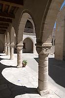 Zypern (Süd), Kloster Moniti Stravou in Omodos im Troodos-Gebirge, Kreuzgang, erbaut 1816