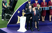MOSCU - RUSIA, 15-07-2018: Gianni Infantino, Presidente de la FIFA, y Vladimir Putin, Presidente  Ruso, son vistos con el trofeo de la Copa Mundo previo a la premiación después del partido por la final entre Francia y Croacia de la Copa Mundial de la FIFA Rusia 2018 jugado en el estadio Luzhnikí en Moscú, Rusia. / Gianni Infantino, FIFA ceo, and Vladimir Putin, president of Russia, are sen next to the World Cup trophy prior the award after the match between France and Croatia of the final for the FIFA World Cup Russia 2018 played at Luzhniki Stadium in Moscow, Russia. Photo: VizzorImage / Cristian Alvarez / Cont