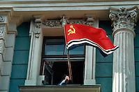 LETTLAND, 21.08.1991.Riga.Waehrend des Anti-Gorbatschow-Putsches versuchen sowjetische Truppen, die Kontrolle ?ber Riga zu erhalten, mit dem Scheitern des Putsches gewinnt Lettland endgueltig seine Unabhaengigkeit. Ð Zentrale der orthodoxen Kommunisten, der INTERFRONT. Drohende Faust und sowjetlettische Flagge gegen die Unabhaengigkeitskaempfer auf der Strasse.   During the anti-Gorbachev-coup Soviet troops try to obtain control of Riga. With the failure of the coup Latvia finally regains its independence. - Central of the orthodox communists, the INTERFRONT. Menacing fist and Soviet-Lativian flag against the freedom fighters in the street..© Martin Fejer/EST&OST