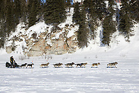 Jeff King turns team around to head back to White Mtn to drop dog *Bernard* 2006 Iditarod on Fish River AK