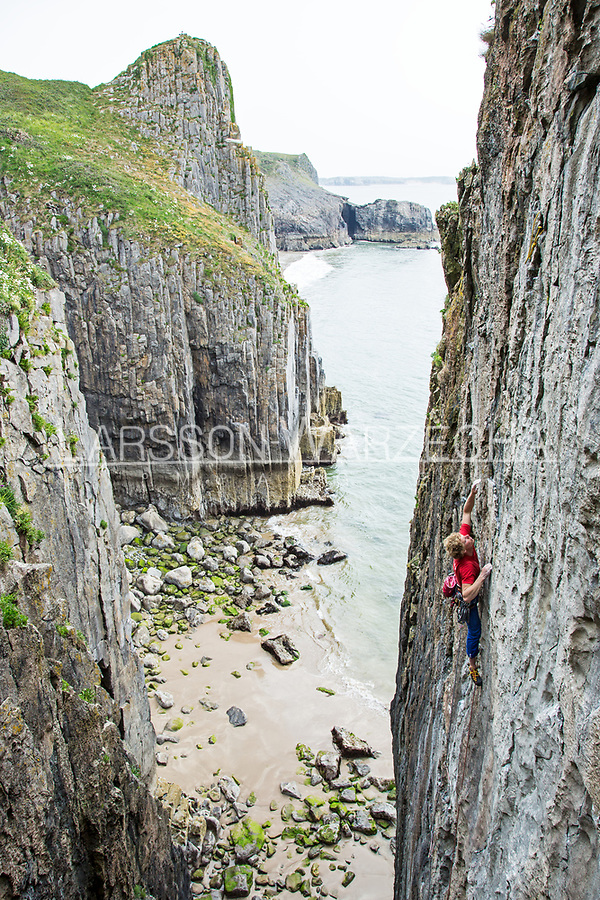 Tom Livingstone on 'Pan' E4 6a, No Man's Zawn, Pembroke