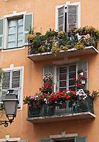 Europe/France/Provence-Alpes-Côte d'Azur/06/Alpes-Maritimes/Nice: Détail façade fleurie d'une maison du Vieux Nice, rue de l'Ancien Sénat