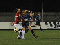 Club Brugge Vrouwen - PSV Eindhoven :<br /> <br /> Jana Coryn (R) wordt hard aangepakt door Maran van Erp (L)<br /> <br /> foto Dirk Vuylsteke / Nikonpro.be