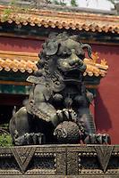 China, Lama-Tempel in Peking, Bronze-Löwe im 1. Innenhof