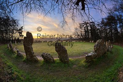 United Kingdom, England, Oxfordshire, Cotswolds, Chipping Norton: The Rollright Stones Bronze Age stone circle at sunrise | Grossbritannien, England, Oxfordshire, Cotswolds, Chipping Norton: Die Rollright Stones aus der Bronzezeit bei Sonnenaufgang