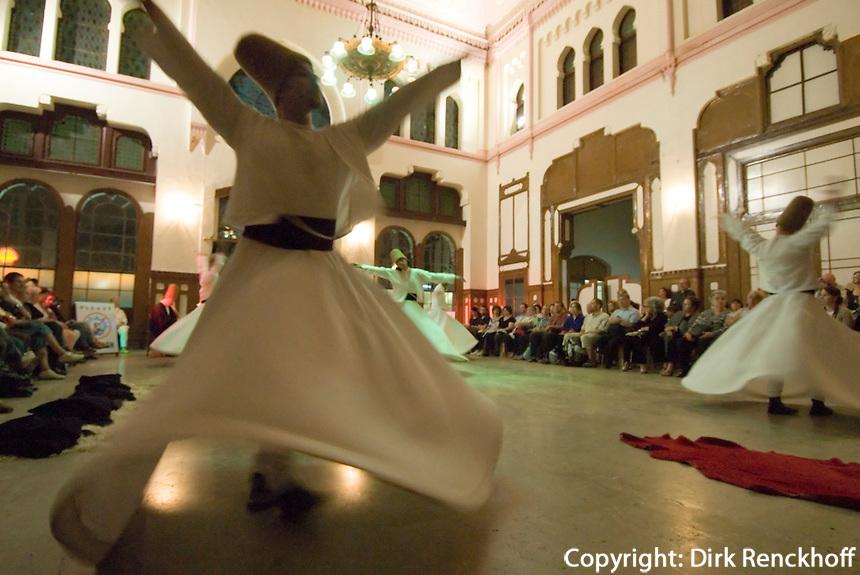 Tanz der Derwische im Sirkeci-Bahnhof in Istanbul, Türkei