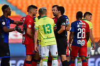 MEDELLIN - COLOMBIA, 10-11-2020: Lisandro Enrique Castillo Forero, arbitro, discute con los jugadores durante partido por la fecha 19 entre Deportivo Independiente Medellín y Atlético Bucaramanga como parte de la Liga BetPlay DIMAYOR I 2020 jugado en el estadio Atanasio Girardot de la ciudad de Medellín. / Lisandro Enrique Castillo Forero, referee, discuss with playes during Match for the date 19 between Deportivo Independiente Medellin and Atletico Bucaramanga as a part BetPlay DIMAYOR League I 2020 played at Atanasio Girardot stadium in Medellin city. Photo: VizzorImage / Luis Benavides / Cont