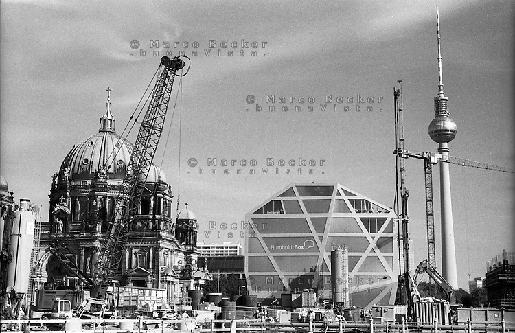 Berlino, quartiere Mitte. Cantiere per la ricostruzione del Berliner Schloss (Castello di Berlino). Visibile in foto, da sx: il Berliner Dom (Duomo), il museo temporaneo Humboldt Box, il Fernsehturm (torre della televisione) --- Berlin, Mitte district. Yard for the reconstruction of the Berliner Stadtschloss (Berlin Palace). Visible in the picture, from the left: the Berliner Dom (cathedral), the temporary museum Humboldt Box,  the Fernsehturm (tv tower)