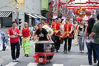 SAO PAULO, SP, 21 DE JANEIRO DE 2012 - COMEMORACOES DO ANO NOVO CHINES - Na manha deste sabado (21), na Praca da Liberdade, zona central da capital, festa neste fim de semana para comemorar o 4710° ano Chines, varios grupos dao inicio as comemoracoes. FOTO RICARDO LOU - NEWS FREE