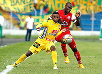 TULUA -COLOMBIA, 15-FEBRERO-2015. Jhon Hinestroza  del  Cortulua disputa el balon  contra Jhon Cano   del Atletico Huila , durante partido de la cuarta fecha de la Liga Aguila I 2015  jugado en el estadio 12 de Octubre de la ciudad de Tulua ./ Jhon Hinestroza  of Cortulua fights the ball  against of Jhon Cano of Atletico Huila   during the Fourth date  Aguila at  Nery Barreiro 12 de Octubre Stadium. Photo / VizzorImage / Juan Carlos Quintero / Stringer