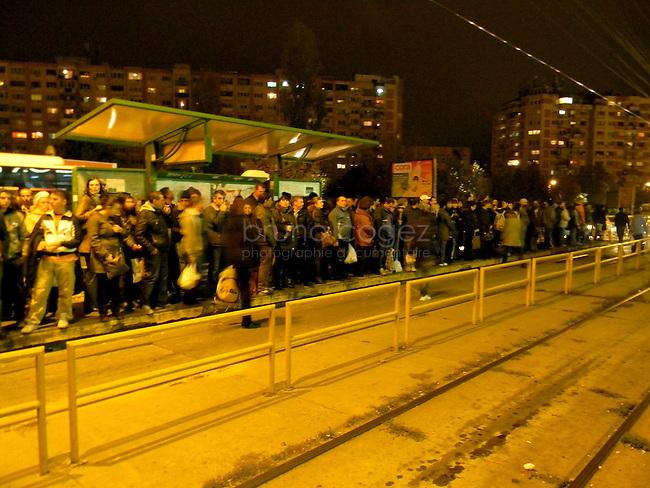 ROUMANIE, Bucarest, station de tram Crangasi, 7.11.2011.  Gens du transport publique. Des gens attendand le tram 41. © Ioana Constantina/ Florian Iancu