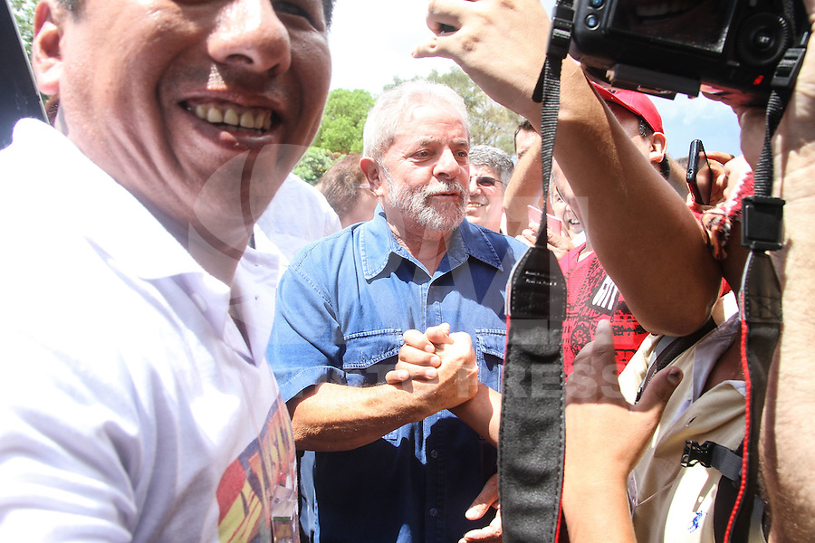 SAO PAULO, SP, 24.01.2015 -  III FEIRA DA ALASITA - O ex-presidente Luiz Inacio Lula da Siilva participa na tarde deste sabado da III Feira da Alasita  realizado na Praça Cívica Ulisses Guimarães no centro de Sao Paulo.  Fotos Amauri Nehn/Brazil Photo Press