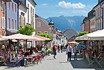 Germany, Upper Bavaria, Murnau: centre with pedestrian area and cafes | Deutschland, Bayern, Oberbayern, Murnau: Ortszentrum mit Fussgaengerzone und Cafes