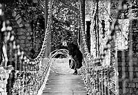 Mostar / Bosnia Erzegovina 1995<br /> Una donna rimasta impigliata nel filo spinato posto dalle milizie croate per interrompere la passerella che ha sostituito l'antico ponte  Stari Most distrutto nel 1993.<br /> A woman entangled in barbed wire placed by the Croatian army to stop the bridge that replaced the old bridge destroyed in 1993 <br /> Photo Livio Senigalliesi
