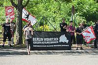 29 Neonazis von NPD und Autonomen Nationalisten aus Berlin und Brandenburg protestieren in Berlin-Weissensee gegen eine geplante Fluechtlingsunterkunft.<br /> Aufgrund einer Auflage der Polizei durften sie nicht vor dem Gebaeude stehen, sondern mussten einige Meter weiter vor einem Brachgelaende Aufstellung nehmen.<br /> Ca. 100 Menschen protestierten gegen die Neonazi-Kundgebung. <br /> 9.8.2014, Berlin<br /> Copyright: Christian-Ditsch.de<br /> [Inhaltsveraendernde Manipulation des Fotos nur nach ausdruecklicher Genehmigung des Fotografen. Vereinbarungen ueber Abtretung von Persoenlichkeitsrechten/Model Release der abgebildeten Person/Personen liegen nicht vor. NO MODEL RELEASE! Don't publish without copyright Christian-Ditsch.de, Veroeffentlichung nur mit Fotografennennung, sowie gegen Honorar, MwSt. und Beleg. Konto: I N G - D i B a, IBAN DE58500105175400192269, BIC INGDDEFFXXX, Kontakt: post@christian-ditsch.de<br /> Urhebervermerk wird gemaess Paragraph 13 UHG verlangt.]