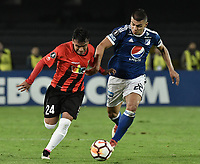 BOGOTA - COLOMBIA, 17-04-2018: Jhon Duque Arias (Der) jugador de Millonarios de Colombia disputa el balón con Heriberto Soto (Izq) jugador de Deportivo Lara de Venezuela durante partido por la fecha 3, grupo G, de la CONMEBOL Libertadores 2018 jugado en el estadio Nemesio Camacho El Campin de la ciudad de Bogotá. / Jhon Duque Arias (R) player of Millonarios of Colombia fights for the ball with Heriberto Soto (L) player of Lara of Venezuela during match for the date 3, group G, of the CONMEBOL Libertadores 2018 played at Nemesio Camacho El Campin stadium in Bogota city. Photo: VizzorImage / Gabriel Aponte / Staff.