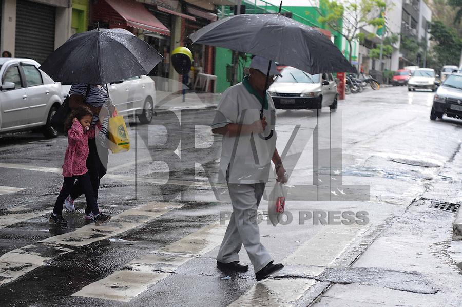 SAO PAULO, SP, 03 JANEIRO 2013 - CLIMA TEMPO CAPITAL PAULISTA - Pedestres enfrentam chuva na manhã desta quinta-feira (3) em São Paulo. (FOTO: ADRIANO LIMA / BRAZIL PHOTO PRESS).